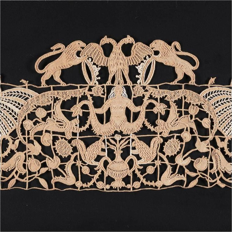 Volant de dentelle main en lin aux armoiries de Margarita Gonzagua d'Este. Atelier AEMILIA ARS, Italie, début 20e s.jpg