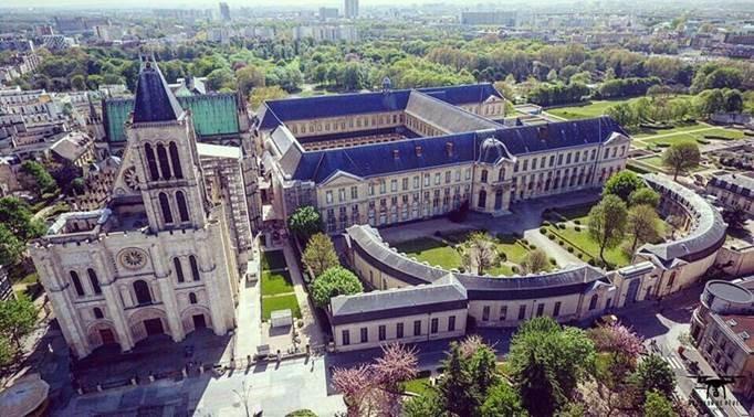 Vue du ciel de la basilique-cathédrale et la maison d'éducation de la Légion d'honneur