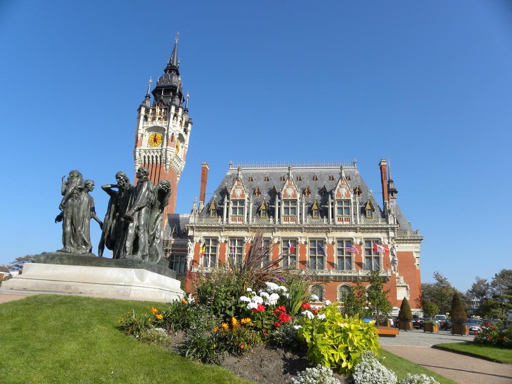 Beffroi de Calais et statue Bourgeois de Calais Photo Office de Tourisme Calais Cote d'Opale.jpg
