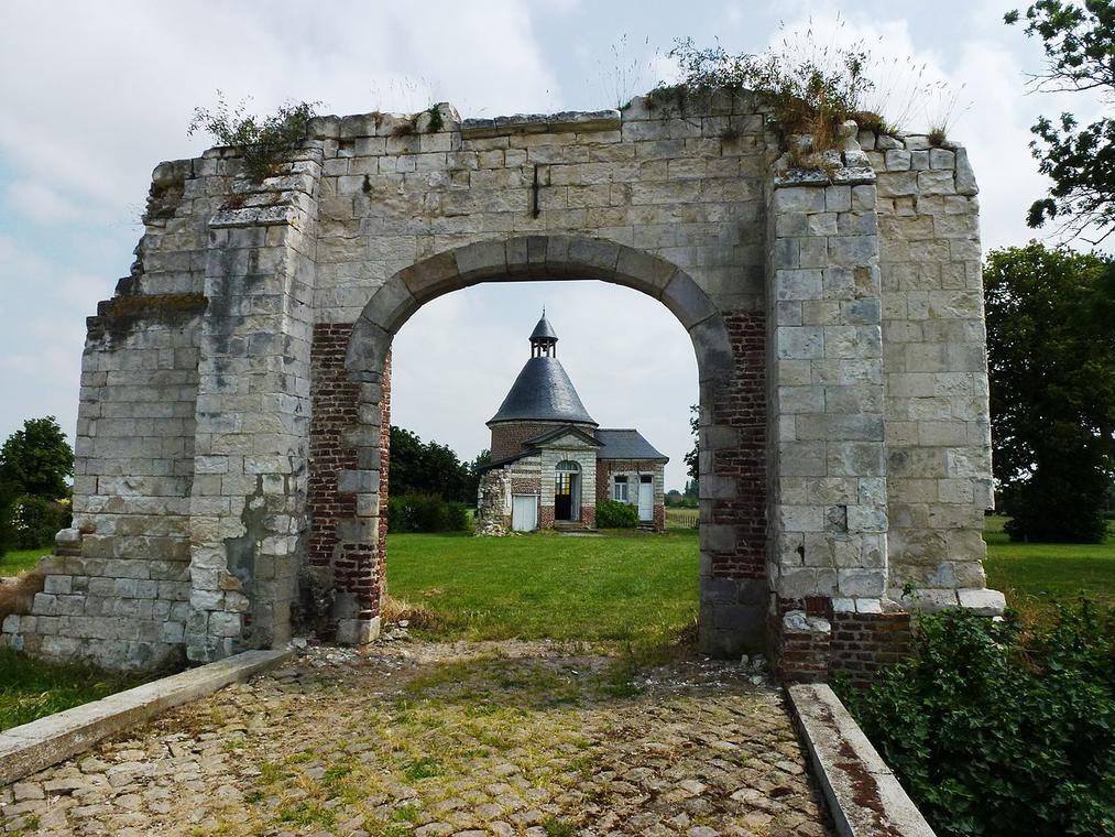 1280px-Busnes_(Pas-de-Calais)_château_du_Quesnoy,_vestiges_et_chapelle.jpg