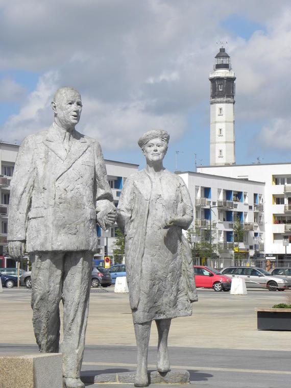 Statue De Gaulle-Vendroux place d'armes Calais Photo Office de Tourisme Calais Cote d'Opale.JPG