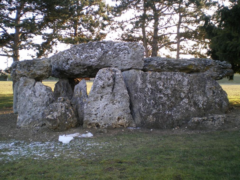 dolmen de la Pierre levee.jpg
