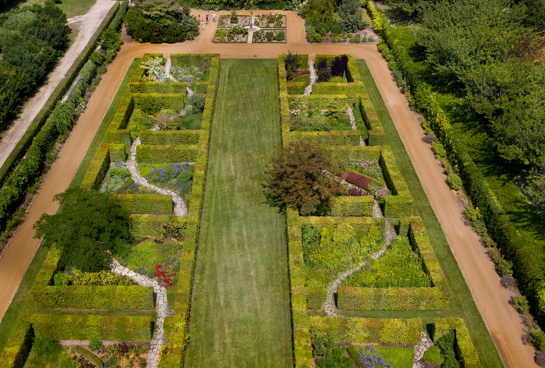 Le-jardin-des-portaits-de-Beauregard.jpg