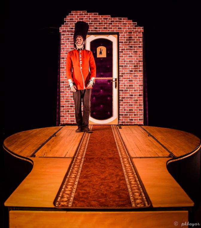 Guard-Save-the-Queen---Radio-Cirque--c-Pierre-Bayard--1-