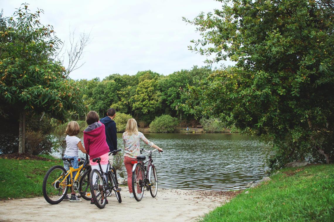 famille devant lac