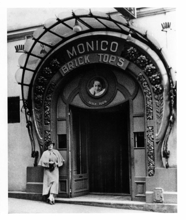 14 novembre Bricktop devant son club, rue Pigalle, Paris, 1934
