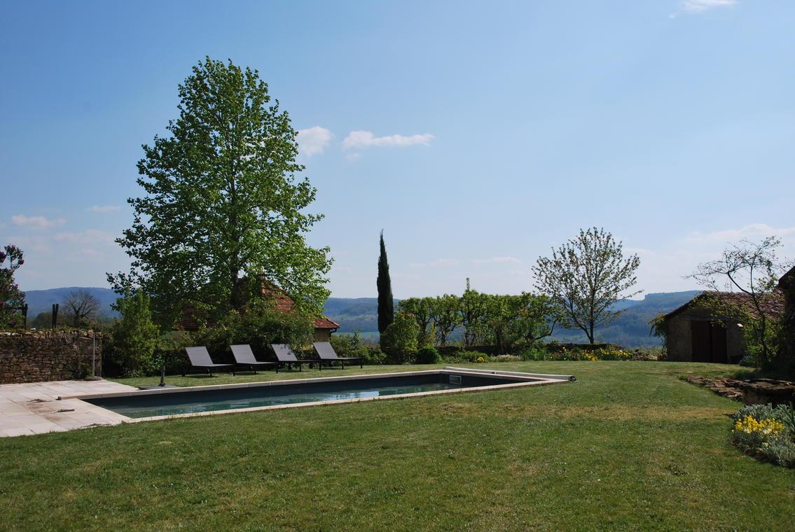 La piscine et la vue vers Loubressac