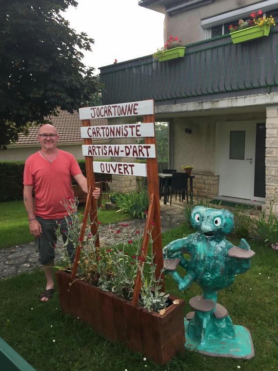 JOCARTONNE-devant son domicile,avec son Totem._resized