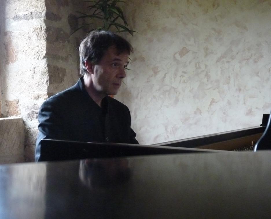 au piano dans le lointain C