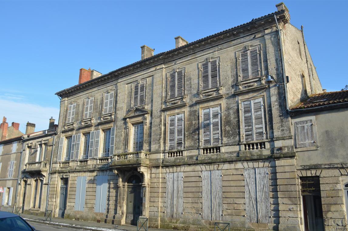 Fontenay_le_Comte_-_Hotel_Pervinquiere_(1)