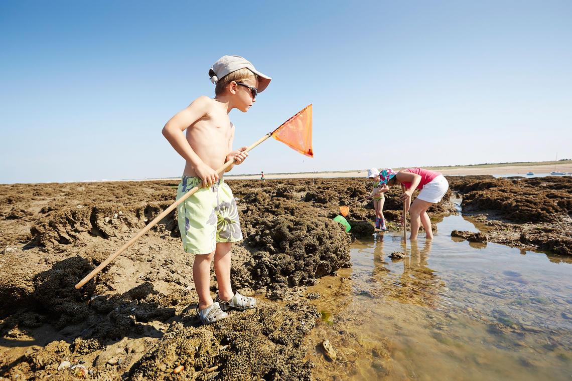 enfants-pecheapied-rochers