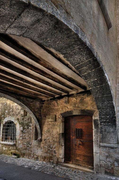 Porte cloutée sous le pontis