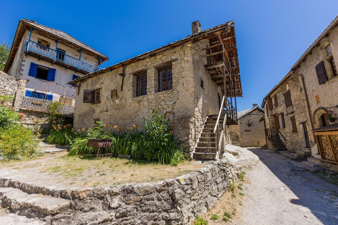 Champlatte par le hameau de Peyresq