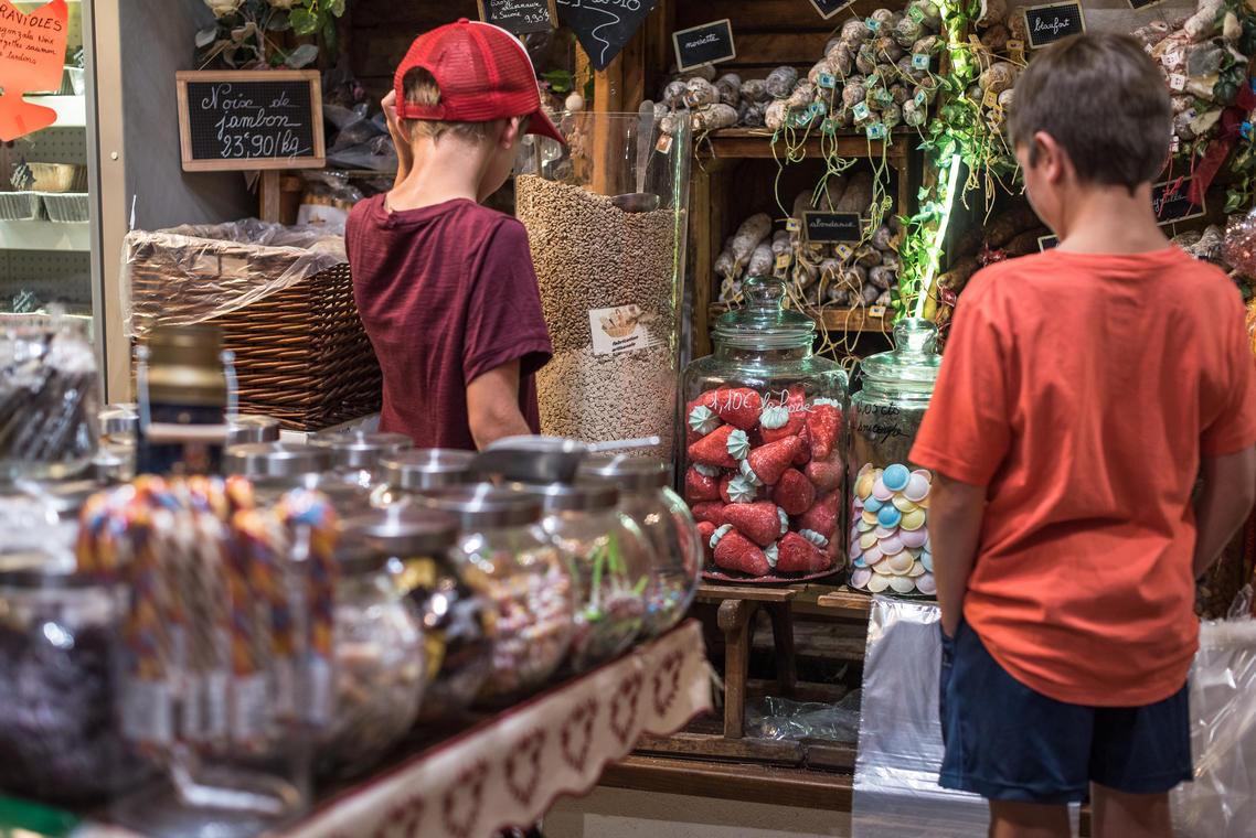 Enfants devant un stand de marché