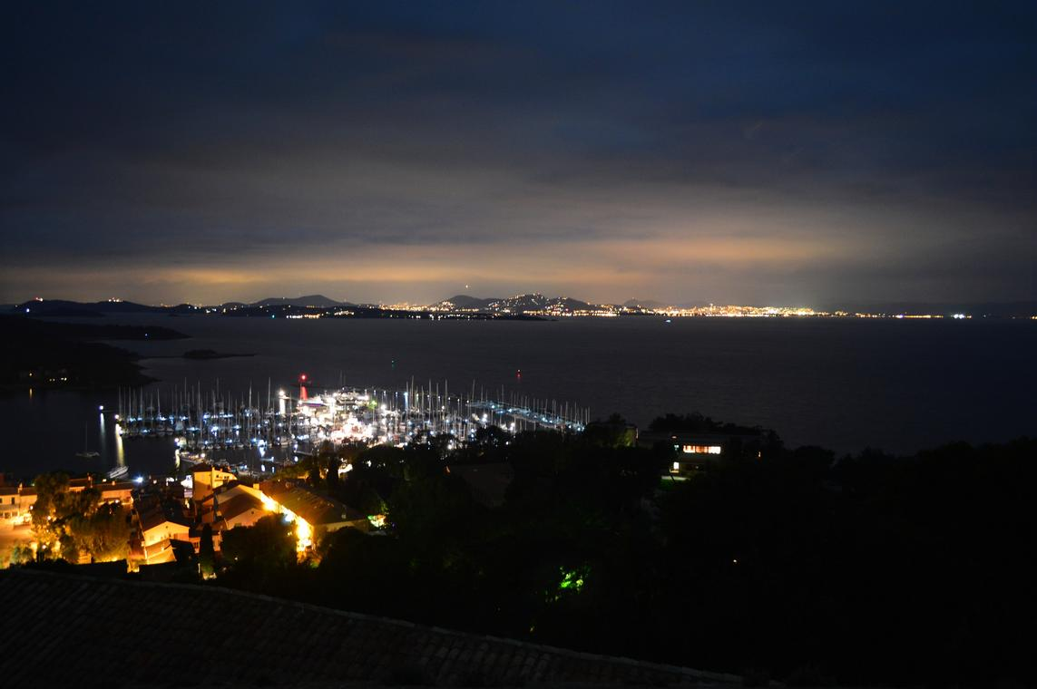 Vue nocturne du port et du village de Porquerolles