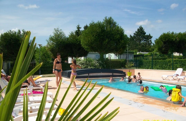 HPAPIC0800010552-Le-Pont-rouge-et-les-Vignes-piscine-Chipilly-Somme-HautsdeFrance
