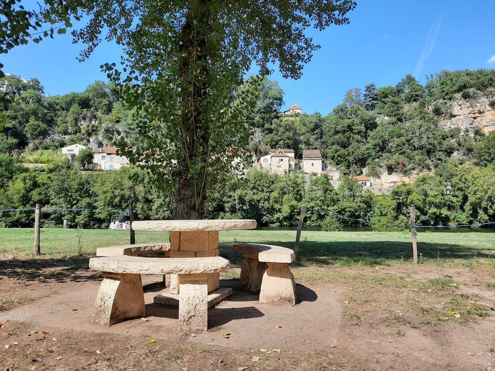 Table à l'aire camping-car Saint Cirq