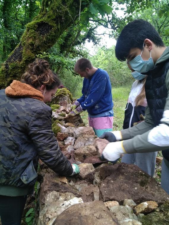 Jeunes participant à un chantier de restauration du petit patrimoine
