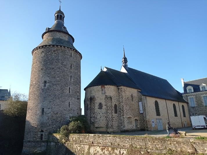 La tour de l'horloge et la chapelle du château