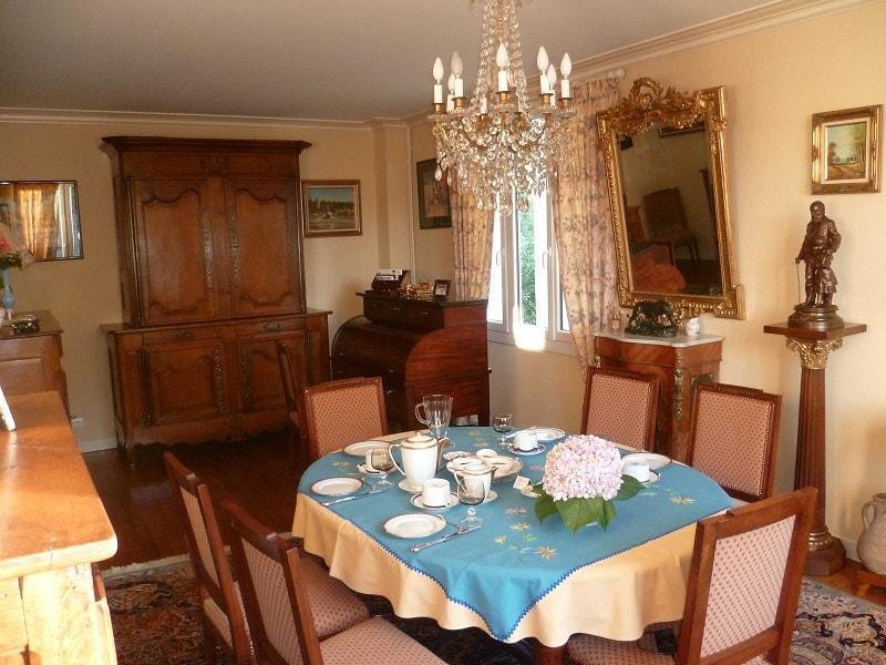 Chambre-d-hote-Monsier-et-Madame-Perret-Dinard-lustre