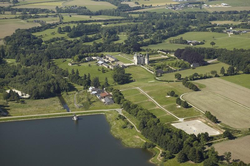 Vue aérienne sur le barrage et le château des Rochers