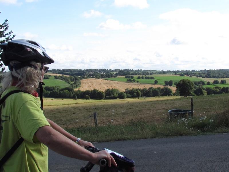 cycliste et panorama Ercé en Lamée