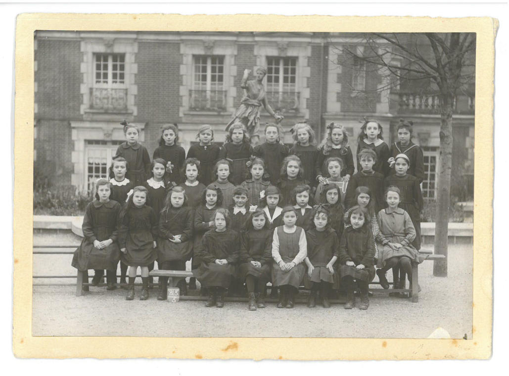 photo de classe devant la Diane ecole de filles