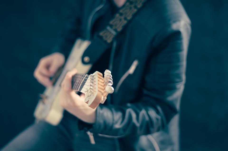 guitarist-768532-960-720-134495