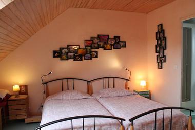 La chambre rose et ses photos de fleurs du jardin