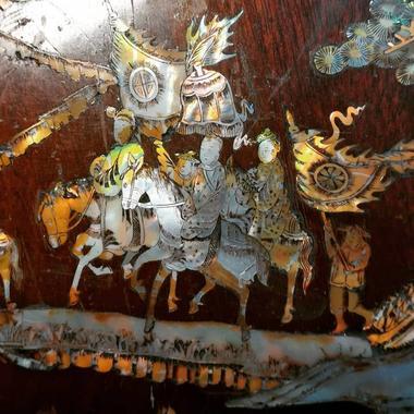 detail d une restauration de tableau vietnamien avec de  la nacre