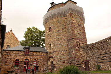 Tour Papegaut Montfort sur Meu Petite Cité de Caractère