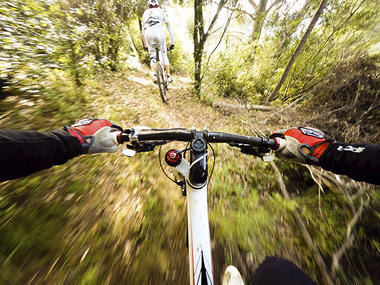 guidando la bicicletta nel bosco. coppia di ciclisti