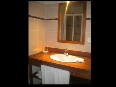 Salle de bain haut  - Gite la ville es olive