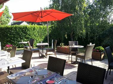 hotel-kyriad-les-ponts-de-ce-terrasse-1381128
