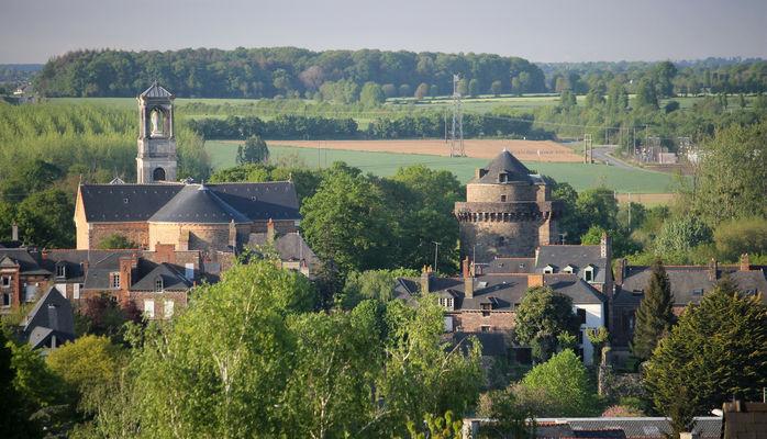 Vue panoramique sur la tour de Papegault et l'Eglise St Louis Marie Grignion - Montfort