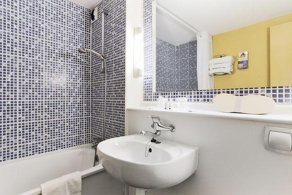 hotel-kyriad-les-ponts-de-ce-salle-de-bain-1381127