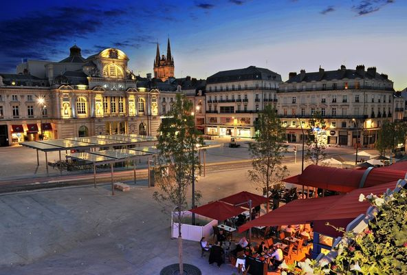 vue-nocturne-place-hotel-saint-julien