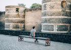 homme-devant-le-chateau-d-angers-copyright-romain-bassenne-destination-angers-4637-1000px-928495