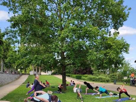 Cours de yoga dans les jardins de l'Evêché : le plein d'énergie en plein air !