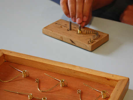 Atelier fabrication d'une fibule