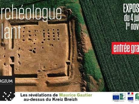 """Exposition """"L'archéologue volant"""" sur les prospections aériennes"""