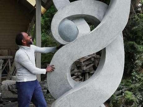 Seenu sculpteur sur pierre