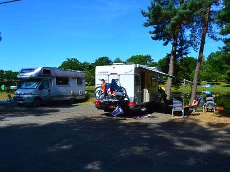 """Aire de Camping-Car camping """"Domaine du Lac de Feyt"""""""