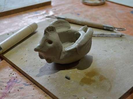 Ateliers en famille, modelage en argile : la poulette de Samadet