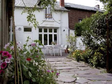 """Gîte"""" Madame de Cormont"""", maison rénovée dans la vallée de la Meuse près de la frontière Belge. Accueil Motards"""