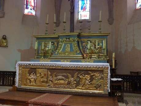 Le maître autel du 18ème siècle en bois doré dans l'église