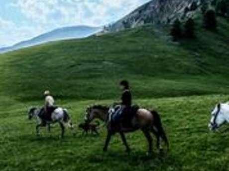 Une spectaculaire balade à cheval dans le plus haut village côtier d'Europe