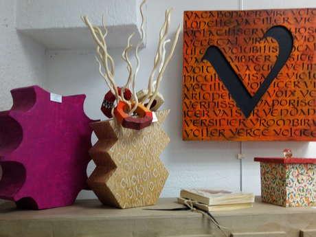 Atelier Marie Thivrier : Création meubles en carton et calligraphie