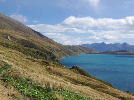 Sentier en bordure du Lac du Mont-Cenis