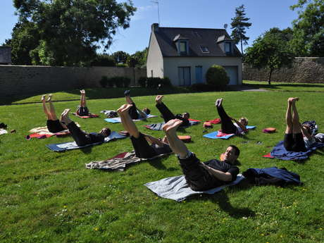Séance de Yoga au bord du Lac de Trémelin
